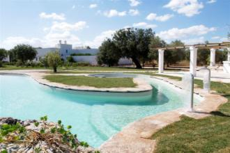 vista della piscina e della masseria